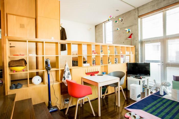 広いワンルーム型の部屋。段差があったり、壁が立っているので、自然と空間に動きができる。