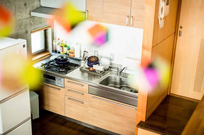 できるだけシンプルな電化製品と、調理道具や調味料の配置にも気を使って。