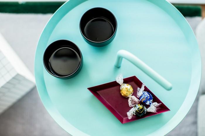 ソファの横に置かれたサイドテーブルはスカイブルー。お気に入りのお茶とチョコレートがよく似合う。