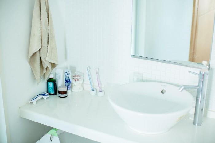 洗面所はいたってシンプルに。潔い色使いに清潔感だけでなく、センスを感じる。