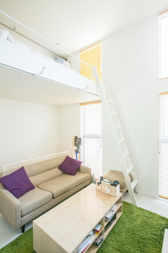 天井まで伸びる窓が2つ、オーダーブラインドは主張しすぎない木目をいかしたものを選んだ。