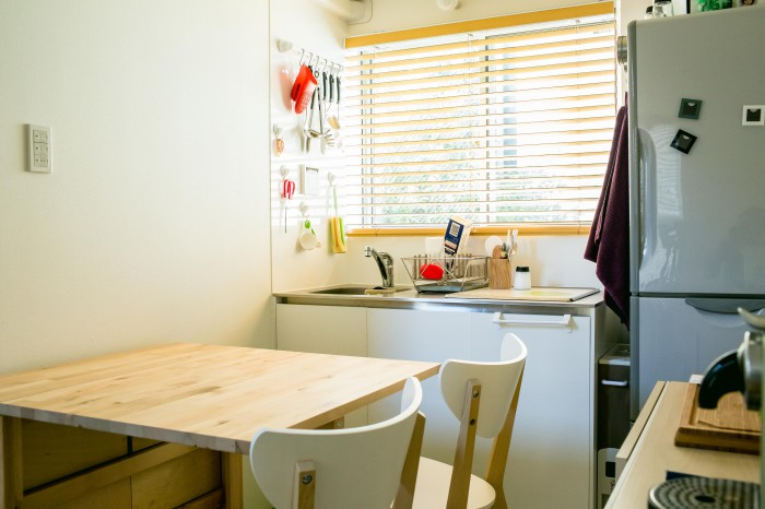 ダイニングテーブルは作業台にする際は折り畳んで使う