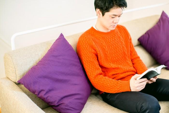シンプルな色使いのインテリアだからこそ、差し色は鮮やかな紫を。ご自身の赤いセーターも空間に映えて。
