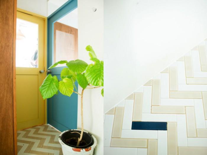 寝室の扉の色がカラフル、ガラス張りで気配が伝わってくる(左)。玄関から続く廊下もヘリンボーン柄にタイルが貼られている(右)。