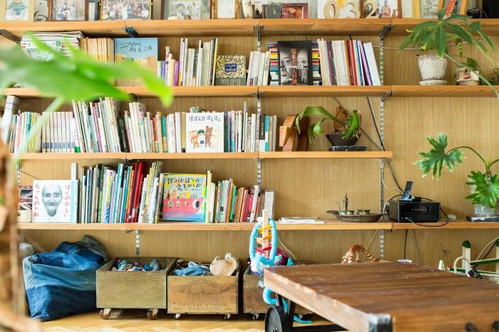本棚には大人の本と子どもの本が混在している。