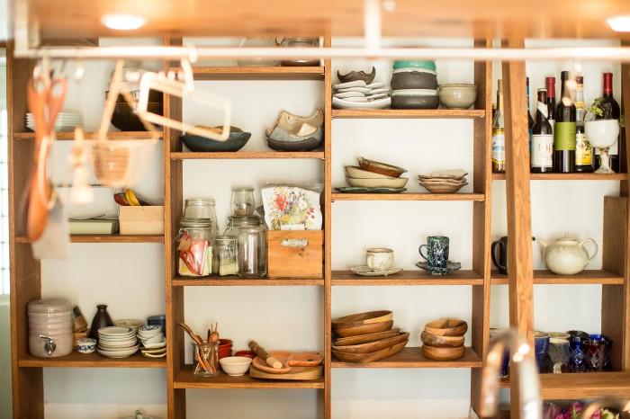 口に入れるもの、手に触れるものは、質感のある手作りのもの。食器や調理道具もすべて丁寧に選ばれている。