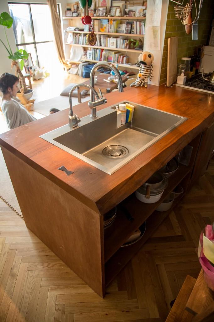 一枚の無垢材を贅沢に使ったキッチンカウンター。
