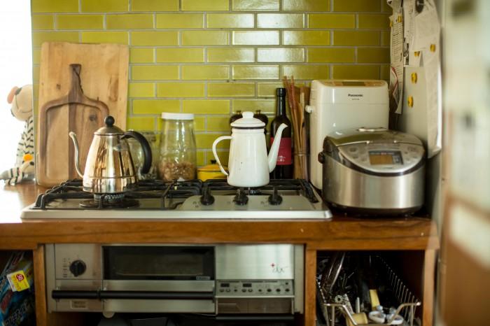 山吹色のタイルはトルコから運んで来られたものだとか。日々、料理をする人の台所。