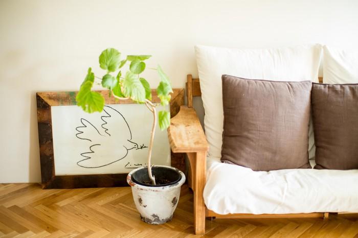家具はシンプルにソファだけ。