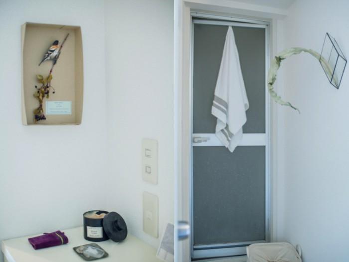 左:玄関のスペース。右:壁掛け花器がテラさんの作品。