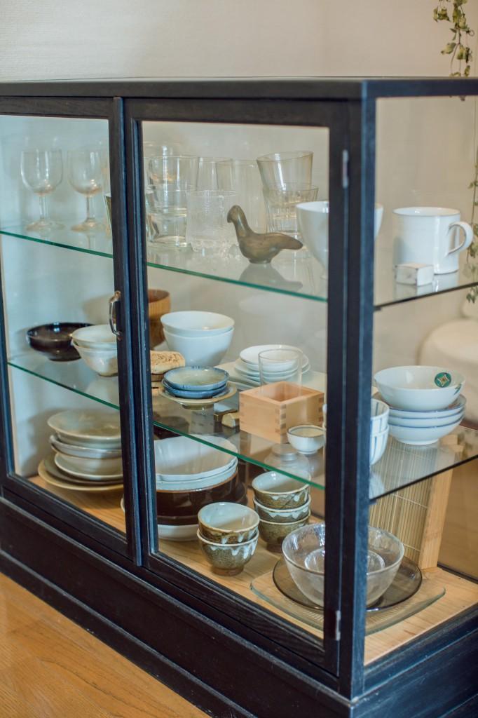 木の食器棚に比べると透け感が部屋に馴染みやすい。