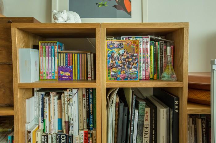デザインの本もあれば、生物多様性の本も、そしてアイドルのDVDも。見事な混沌ぷり。