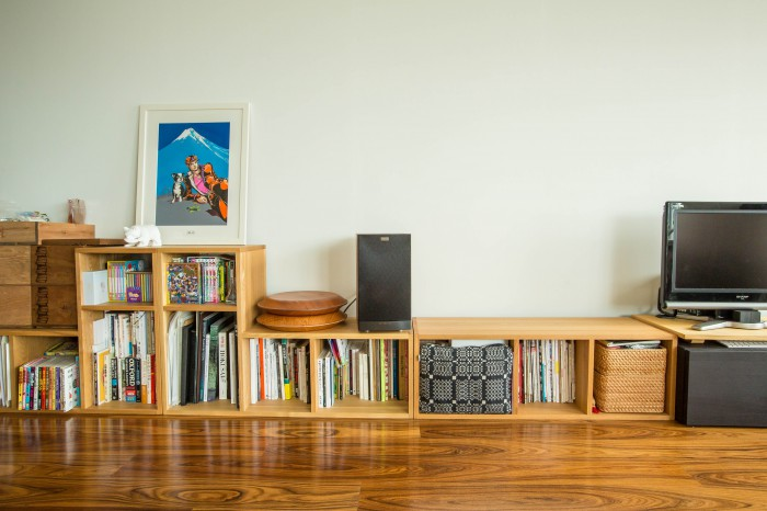 本棚を低くしたのは、白壁を大きく残したかったからだそう。