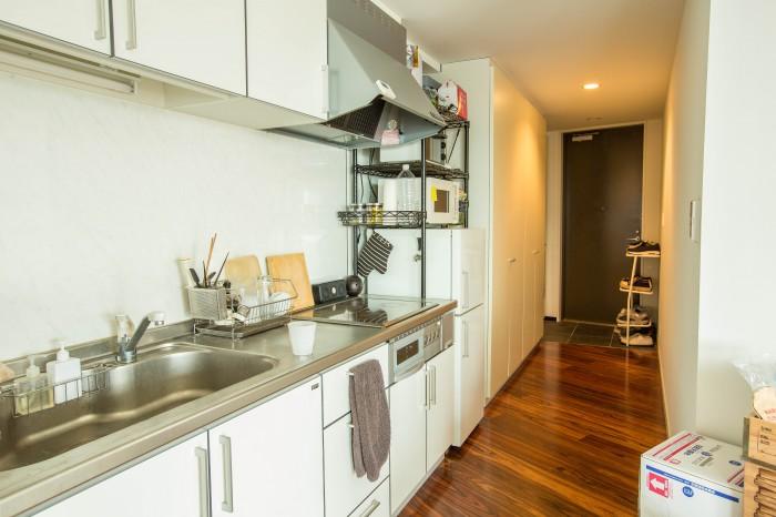 玄関から入ると清潔感のあるフローリングの廊下が中まで続きそのままキッチンへ。
