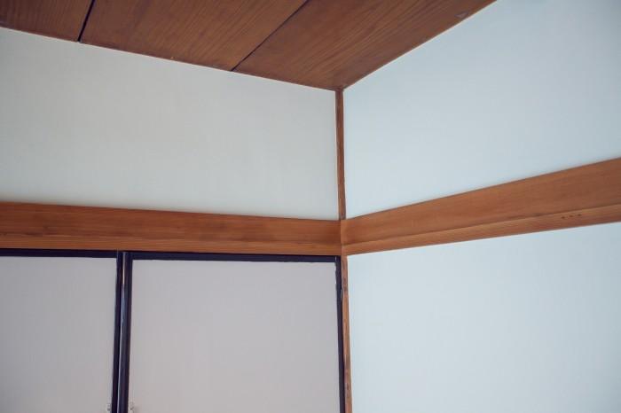 (左)ピンク(右)ライトグレー、に塗り分けられた壁。