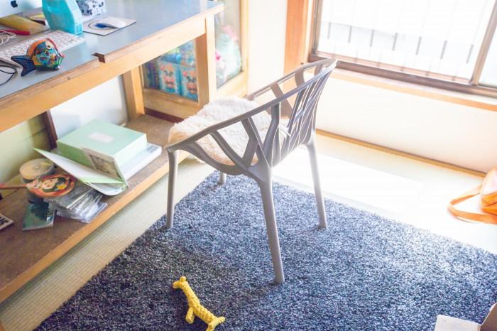 二階の畳の部屋にも絨毯が。ベジタブルチェアの個性的なフォルムは和室にも合う。