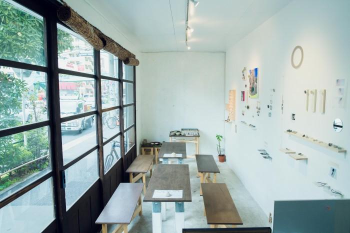 長細い店内には、食事をするスペースをぐるりと囲む形でギャラリースペースが。