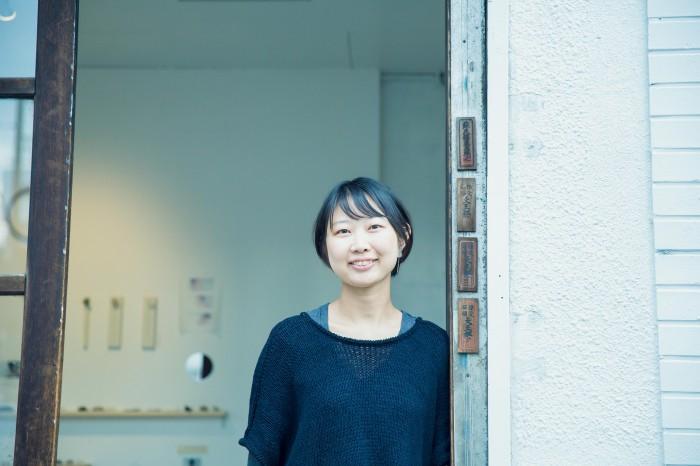 朗らかに語る川村さん。作家をヨーロッパに売り込む旅から戻ったばかり。