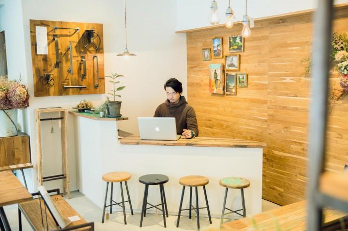 宇戸さんは、接客、デザイン、レイアウト変え、輸入輸出、仕入れなどなんでもこなす。