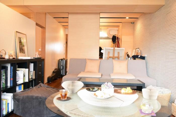 築35年のビンテージマンションの一室。内装はフルリノベーションされ、古さは感じさせない。リビングの顔となるソファの「ファブリックは京都の俵屋旅館で使われているもので、結婚祝いで頂いたお気に入りです」と奥様。