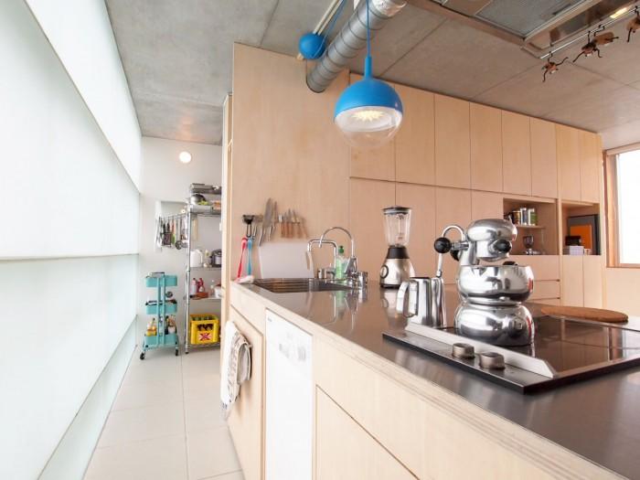 スモークガラスから明るい光が差し込むキッチン