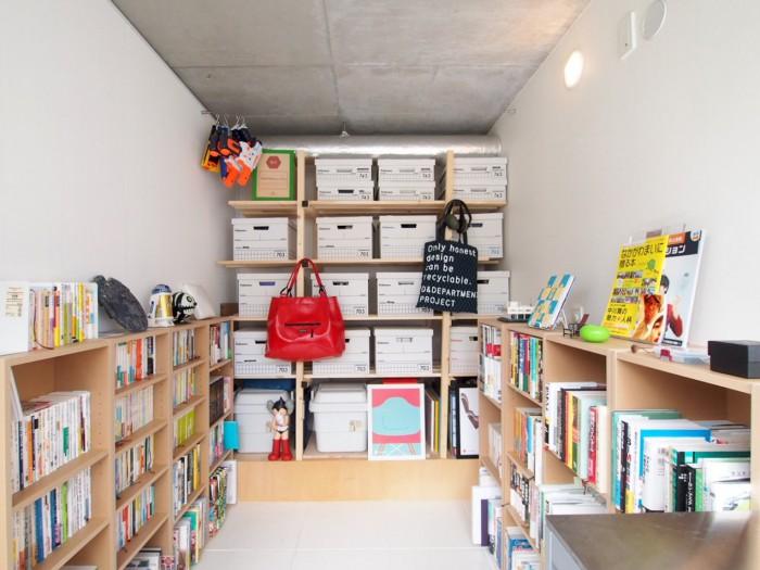 2Fの趣味のお部屋。おもちゃや本がたくさんありました。奥の棚はご主人がDIYしたもの。