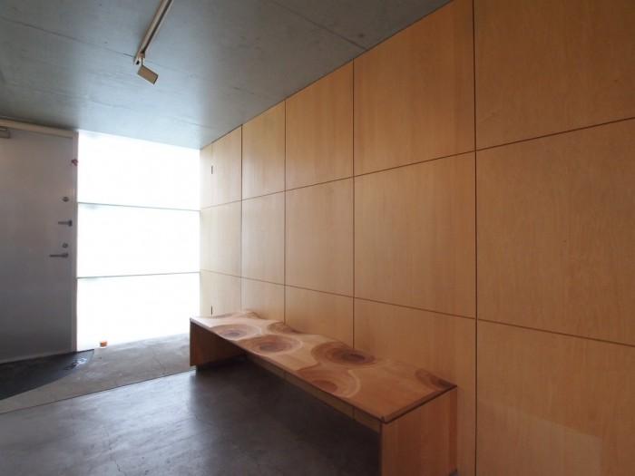 このベンチは元所有者様から譲り受けたもので伊東豊雄氏デザインのもの。