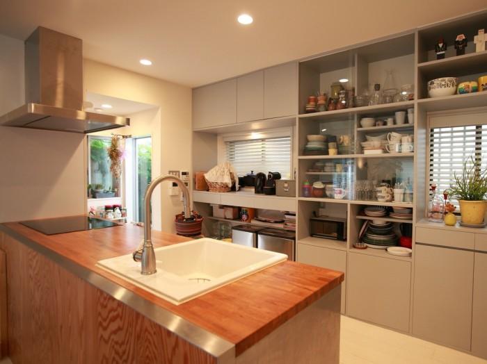 キッチンはIKEAのものを木の天板と合わせて。壁側の窓にうまく合わせて造作した大容量の食器棚もお気に入り。