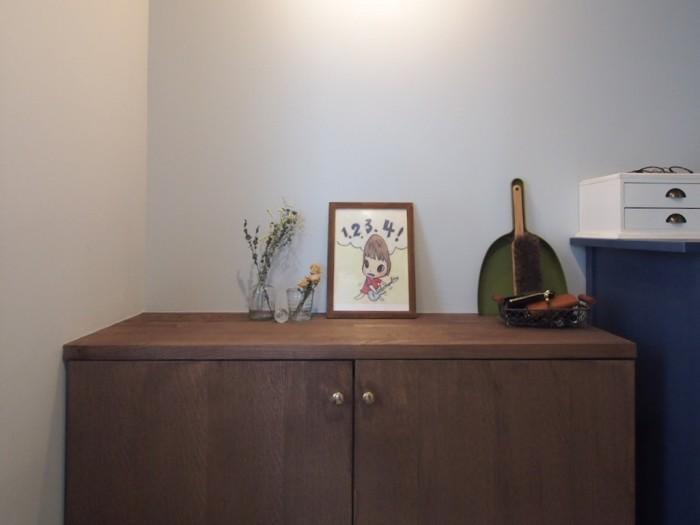 奈良美智さんの絵がお好きという布川さんご夫妻。玄関には元気の出る1枚を。