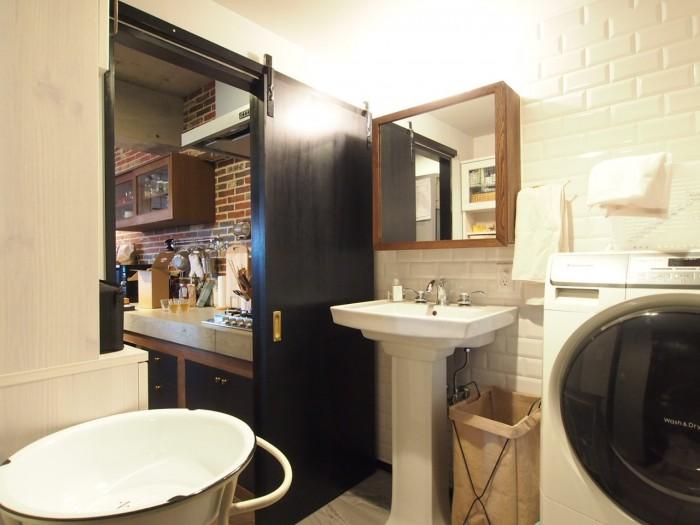 キッチンと行き来のできる洗面室。洗面台まで可愛いすぎる。
