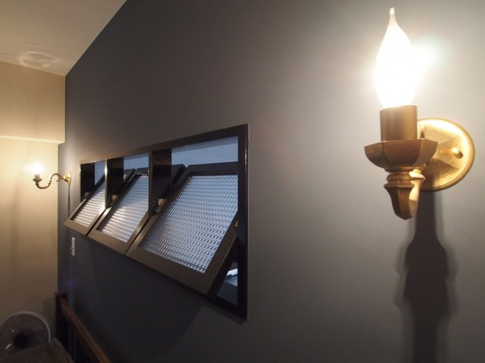 寝室側から。お城にありそうなこの照明も素敵なアクセント。