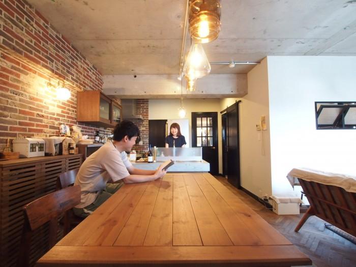 このレンガ壁といい、むき出しの天井といい、ブルックリンにでもありそうなカフェのよう。