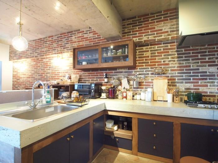 L字型の大きなキッチン。なんと天板がモルタルなんです。カッコイイ・・・