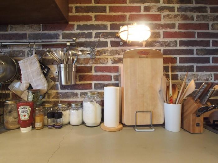 お料理好きが伺えるキッチン。調味料を瓶に詰め替えているのもすごく丁寧で愛らしい。
