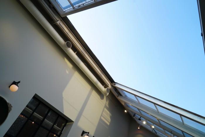「手動のタレル」と呼んでいるラウンジスペースの天窓。圧巻です。