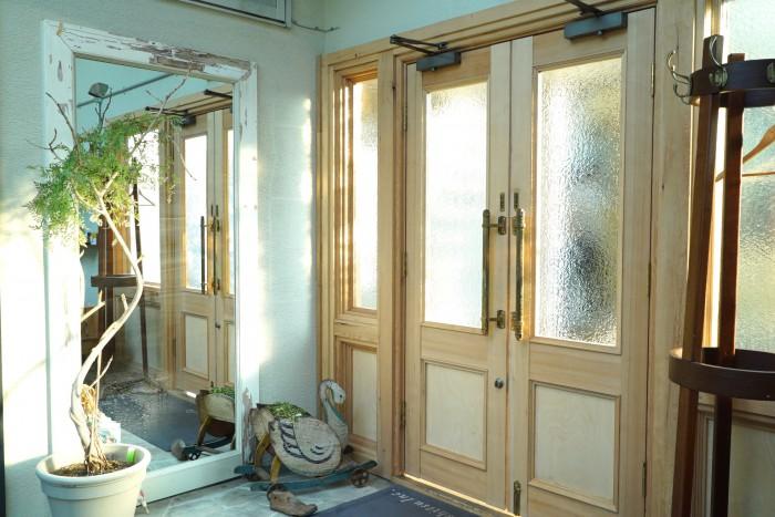 元はガラスの引き戸だった部分が白木の美しい両開きのドアに。