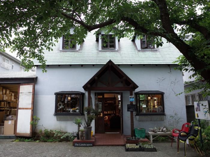 元パン屋さんを改装した店舗「AROUND」