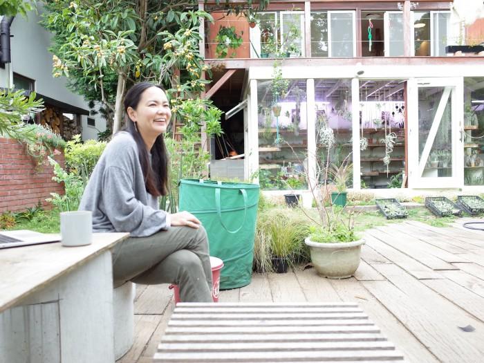 ベランダの下には植物達のハウスが。この庭で事務仕事をする事もあるそう。