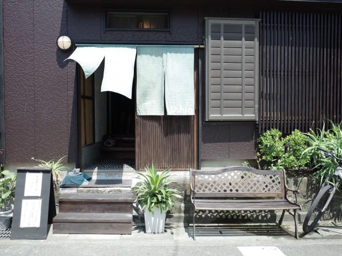 この暖簾も八塚さんが染めたもの。風が通る気持ちの良い玄関でした。