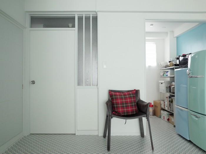 リビングのドア。玄関への採光が取れる格子窓がレトロで可愛い
