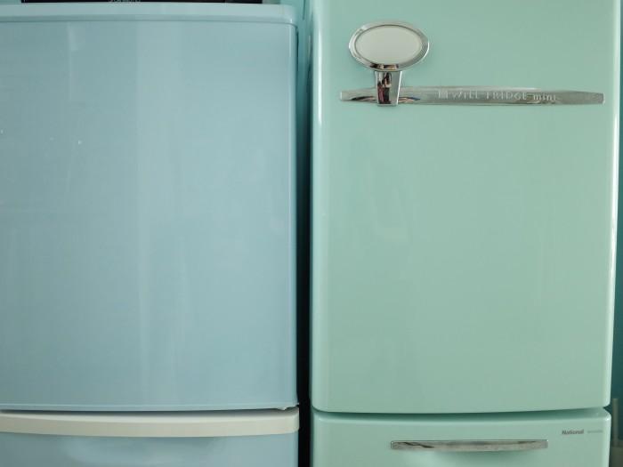 左は特注で塗装した冷蔵庫
