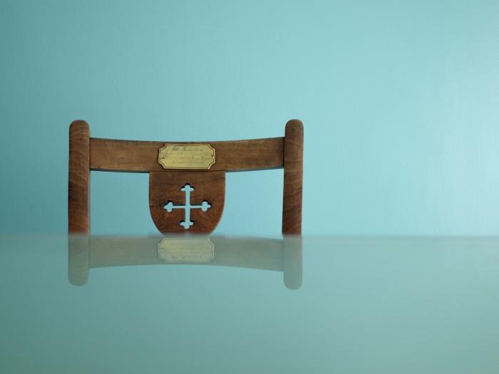 教会で使われていた様な雰囲気の椅子