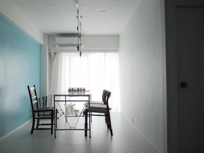 白と水色の壁が部屋を明るくしています